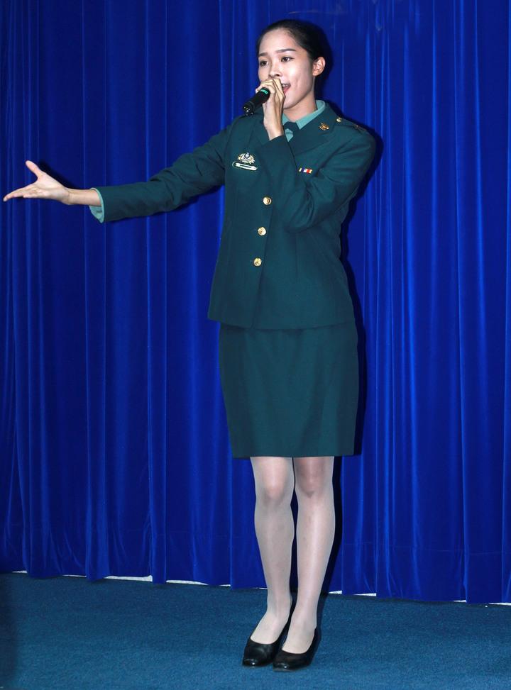 演唱國防部最新宣傳短片「頑強自信」主題曲的,是心戰大隊的下士許棠。圖/國防部提供