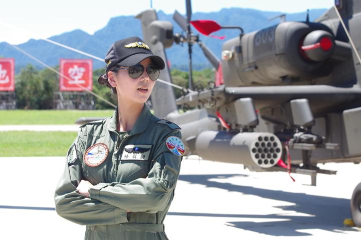 楊韻璇與AH-64,攝於去年7月17日的成軍典禮。記者程嘉文/攝影