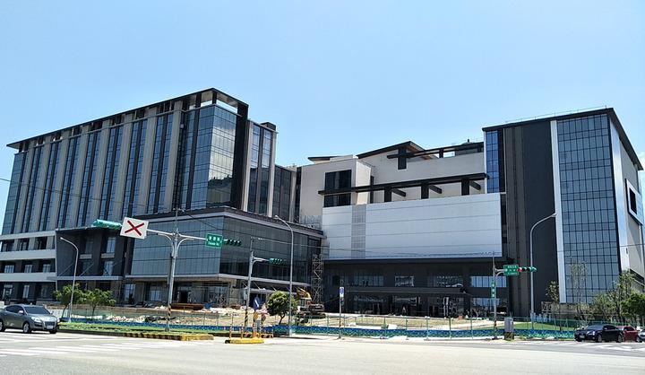 日本橫濱八景島打造全台最大國際八景島水族館、搭配新光影城、觀光旅館大樓趕工興建外觀硬體出爐,明年7月開幕。記者曾增勳/攝影