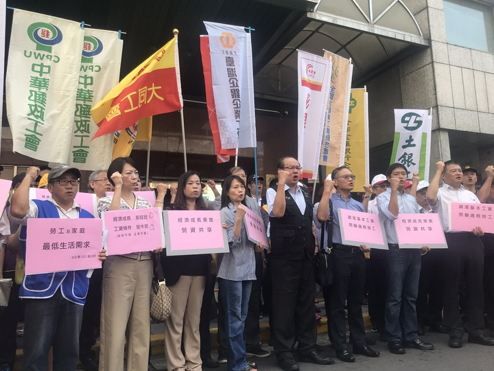 基本工資審議委員會今在勞動部召開,勞工團體在會前開記者會高喊訴求。記者葉冠妤/攝影
