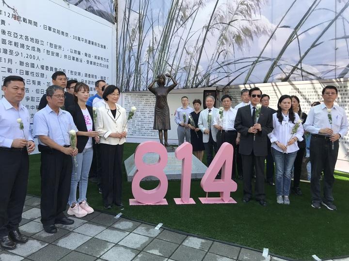 前總統馬英九(右三)今天到台南出席慰安婦紀念日追思會 。記者鄭維真/攝影