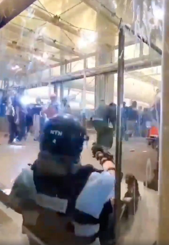港警在機場拔槍影片曝光 示威者被嚇四散。圖/取自微博影片擷圖