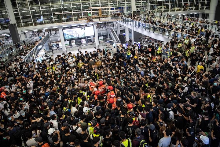香港國際機場13日下午再度被「反送中」群眾癱瘓,晚間卻發生一名男子被群眾懷疑是臥底警員而遭毆打與限制自由,示威者一度拒絕救護人員將他送醫,更因此爆發短暫警民衝突。歐新