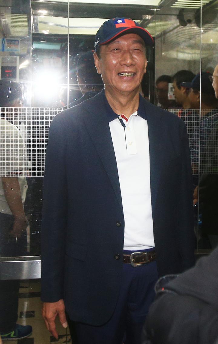 返國後始終低調的鴻海創辦人郭台銘,上午出席永齡基金會活動,面對記者提問與柯文哲會面及總統大選相關問題,始終沈默微笑不答。記者陳正興/攝影