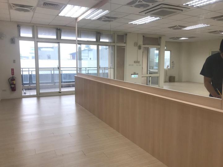 竹東鎮東正社區活動中心3樓的托育空間有48坪,硬體設施已完工,目前正在籌備招生計畫及上網招標作業,最快9月底可開始收托。圖/新竹縣政府提供
