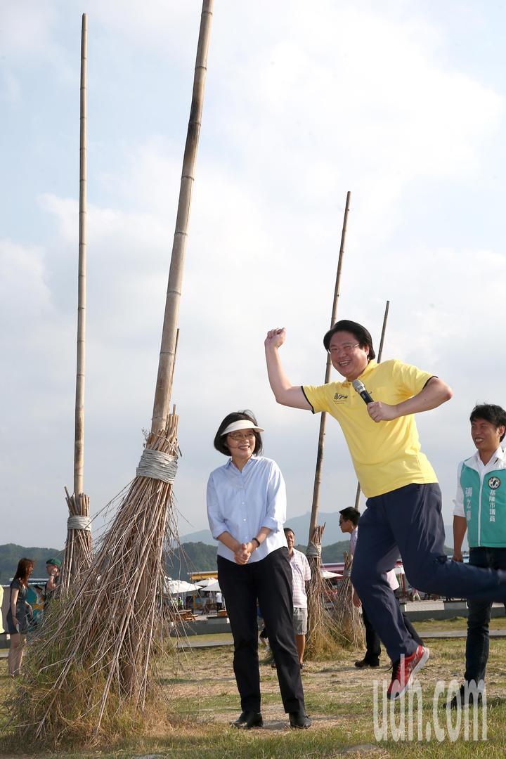 蔡英文總統下午參訪基隆市中元祭,會前回應高雄市長韓國瑜打麻將風波與香港反送中抗爭,蔡總統在潮境公園巨大的飛天掃帚前,不好意思擺姿勢拍照,一旁的基隆市長林右昌跳出瑪莉歐兄弟的招牌跳躍姿勢,逗得眾人哈哈大笑。。記者蘇健忠/攝影