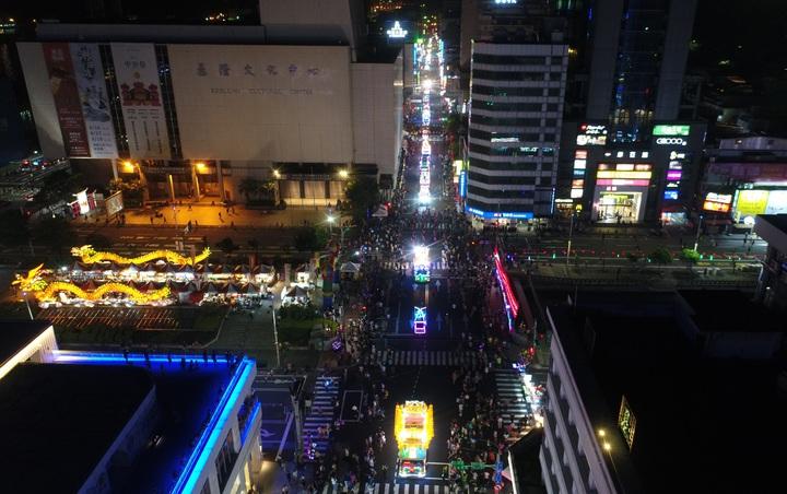 從空拍畫面可以看到市區擠滿人潮,有如不夜城。圖/基隆市政府提供