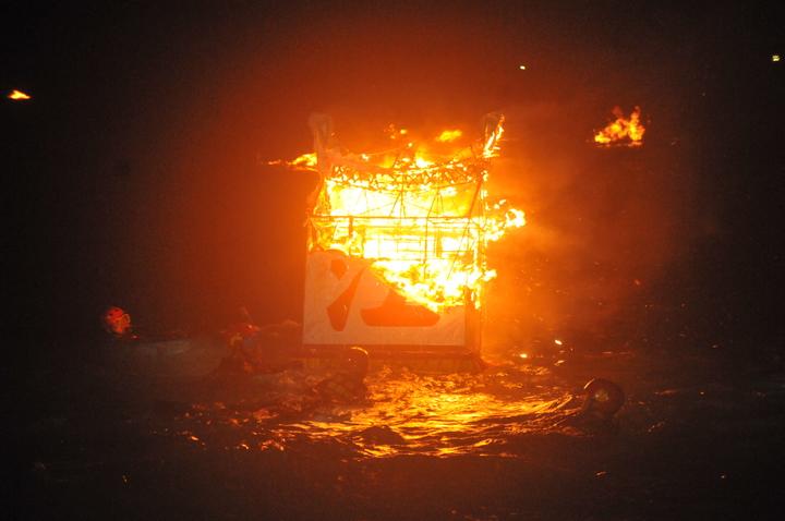 各姓氏宗親會的水燈隨著潮水漂流出去,漂的越遠,燒得越旺,代表著姓氏家族的運勢也會更好更旺。記者游明煌/攝影
