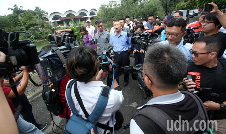 高雄市長韓國瑜今天到輔英科技大學參加校長聯席會議後媒體追逐拍攝。記者劉學聖/攝影