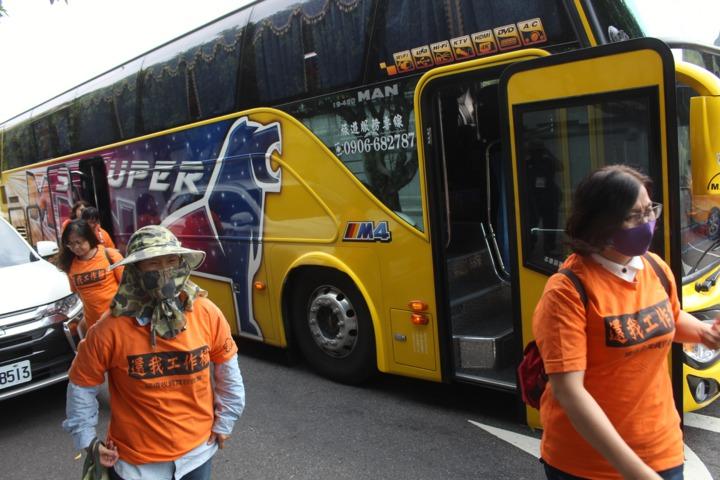 為抗議政府歷經3年仍未解決國道收費員案,數十名收費員自救會成員今天下午2時許在凱道集結。記者李隆揆/攝影