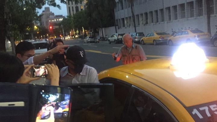 檢方今傳喚空品處前副總邱彰信等約10名華航人員,訊後獲請回。面對現場媒體詢問,戴口罩、棒球帽的他低調不語,隨即在律師陪同下搭乘計程車離去。記者賴佩璇/攝影。