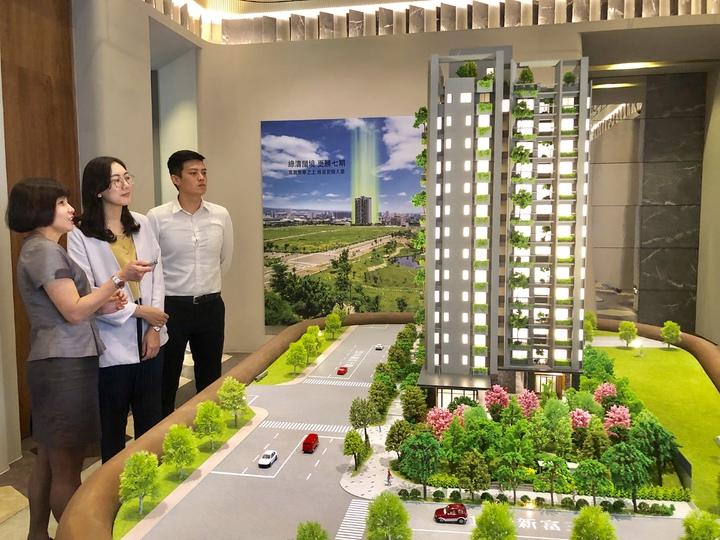 標榜台中市首棟宜居建築的新業「大塊森鄰」,正式在單元二推出,此案剛開賣,銷售率迅速突破五成,成為市場指標。記者宋健生/攝影