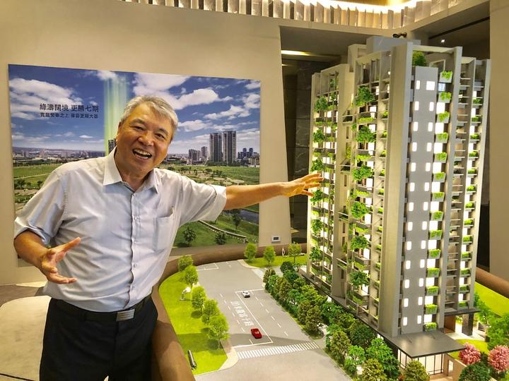 新業建設榮譽董事長穆椿松説,新業「大塊森鄰」讓大樹躍上家戶陽台、讓綠意走入生活空間,建築不再是冰冷的水泥叢林,而是綻放於繁華核心的綠色奇蹟。記者宋健生/攝影
