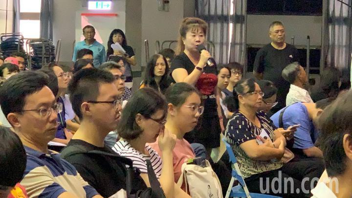 南榮科大明年2月1日停招,教育部今舉辦安置說明會,家長到場表達太過匆促。記者吳淑玲/攝影
