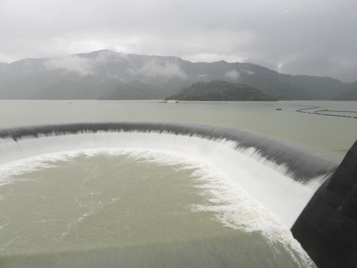 集水區降雨不斷 台南南化水庫持續溢流。記者周宗禎/攝影