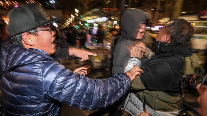 澳洲墨爾本16日晚間州立圖書館前,一場聲援香港抗爭的集會遭挺中國群眾踩場叫囂,雙方爆發肢體衝突。澳洲《世紀報》/JUSTIN MCMANUS
