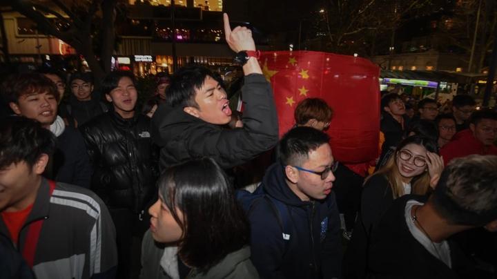 澳洲墨爾本16日晚間州立圖書館前,一場聲援香港抗爭的集會遭挺中國群眾踩場,當中有人持五星旗叫囂。澳洲《世紀報》/JUSTIN MCMANUS