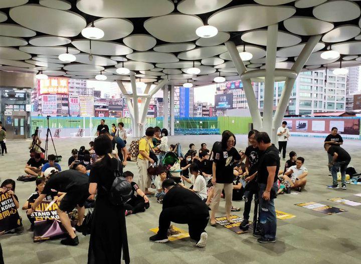 全球抗爭連線集會聲援香港活動今晚在高雄火車站登場,參與者逐漸聚集。記者林保光/攝影