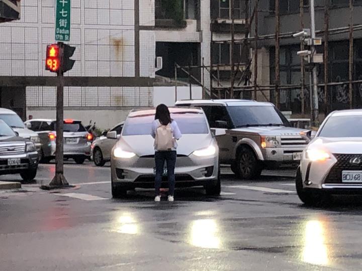 台中市一對男女朋友吵架,女友負氣下車以肉身阻擋男友車輛駛離,駕駛氣得狂按喇叭,引來民眾側目。圖/讀者提供