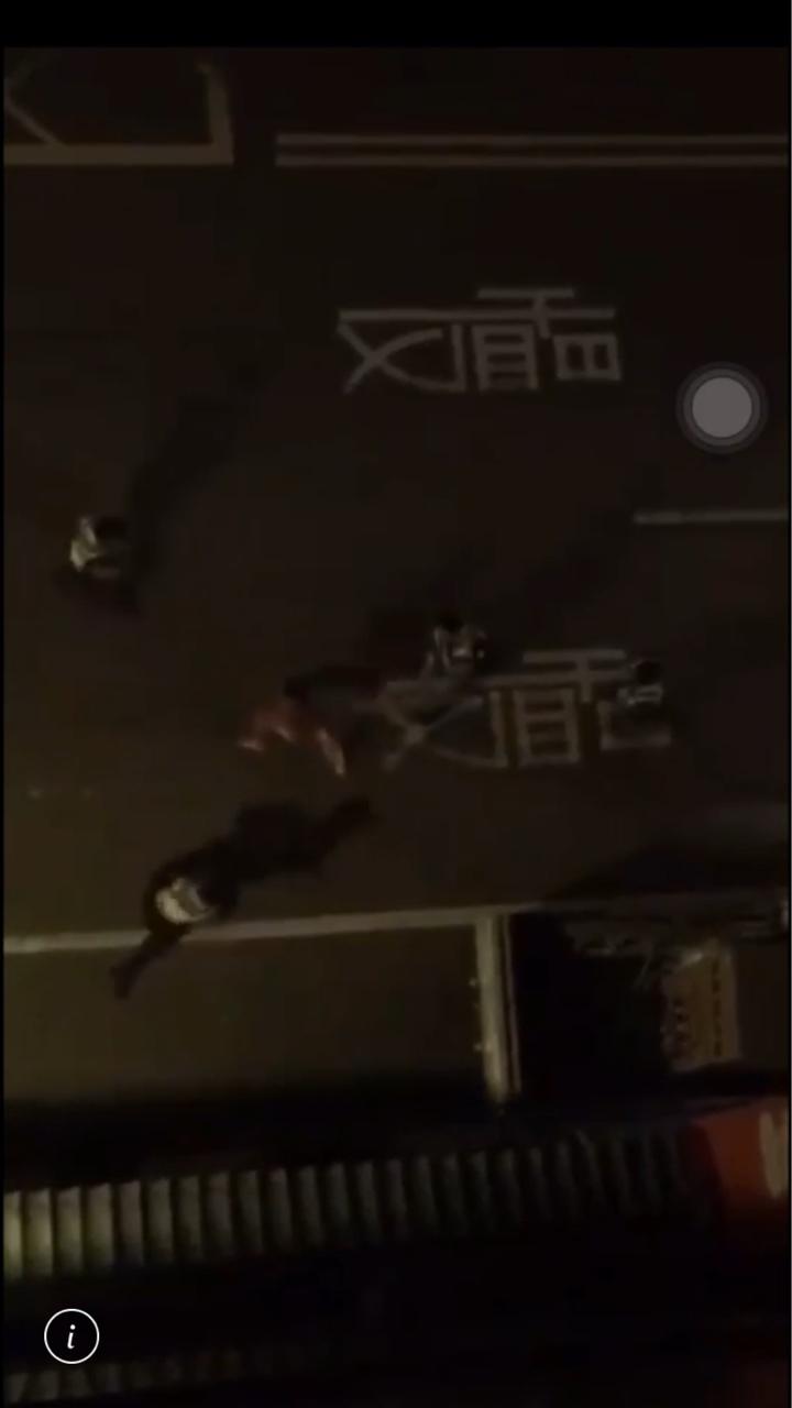 彰化縣一名裸體男子今天凌晨3點多在鹿港鎮中正路突然瘋狂沿路砸車,民眾向警方報案,警方出動多名員警才將男子制伏,男子精神狀態不穩定,警方將他送往彰基就醫。圖/翻攝自網路我愛鹿港小鎮