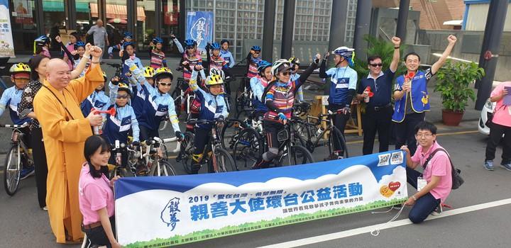 18位弱勢家庭小朋友上月騎車環台追夢,從台中市潭子區出發。本報資料照片