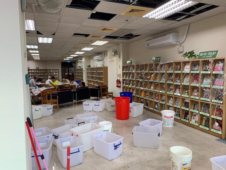 市議員江肇國批大墩文化中心期刊室漏水嚴重。圖/江肇國提供