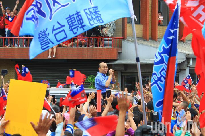 韓國瑜在上車時,突然再往上站,停留了近30秒,與現場民眾揮手致意。記者郭政芬/攝影