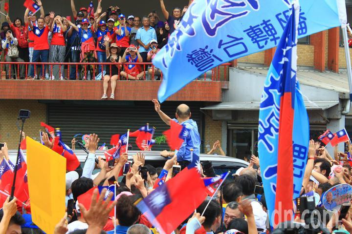 韓國瑜與現場民眾揮手致意,還向在二樓的韓粉揮手,現場民眾情緒激昂,大呼「凍蒜凍蒜!」。記者郭政芬/攝影