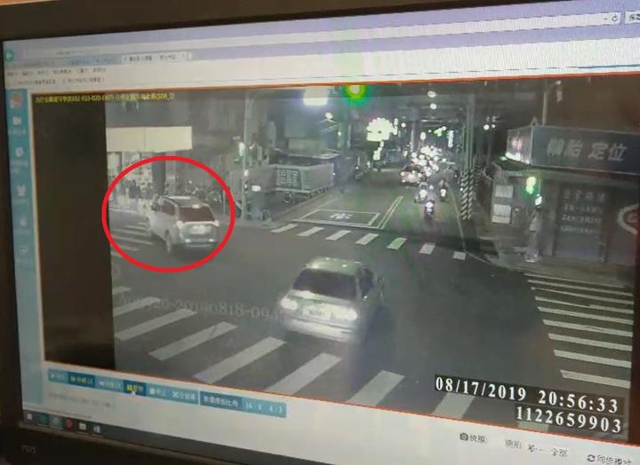 張男昨晚開車行經板南路欲左轉圓通路時,疑因未禮讓行人,差點撞上過馬路的林男一家人。記者柯毓庭/翻攝