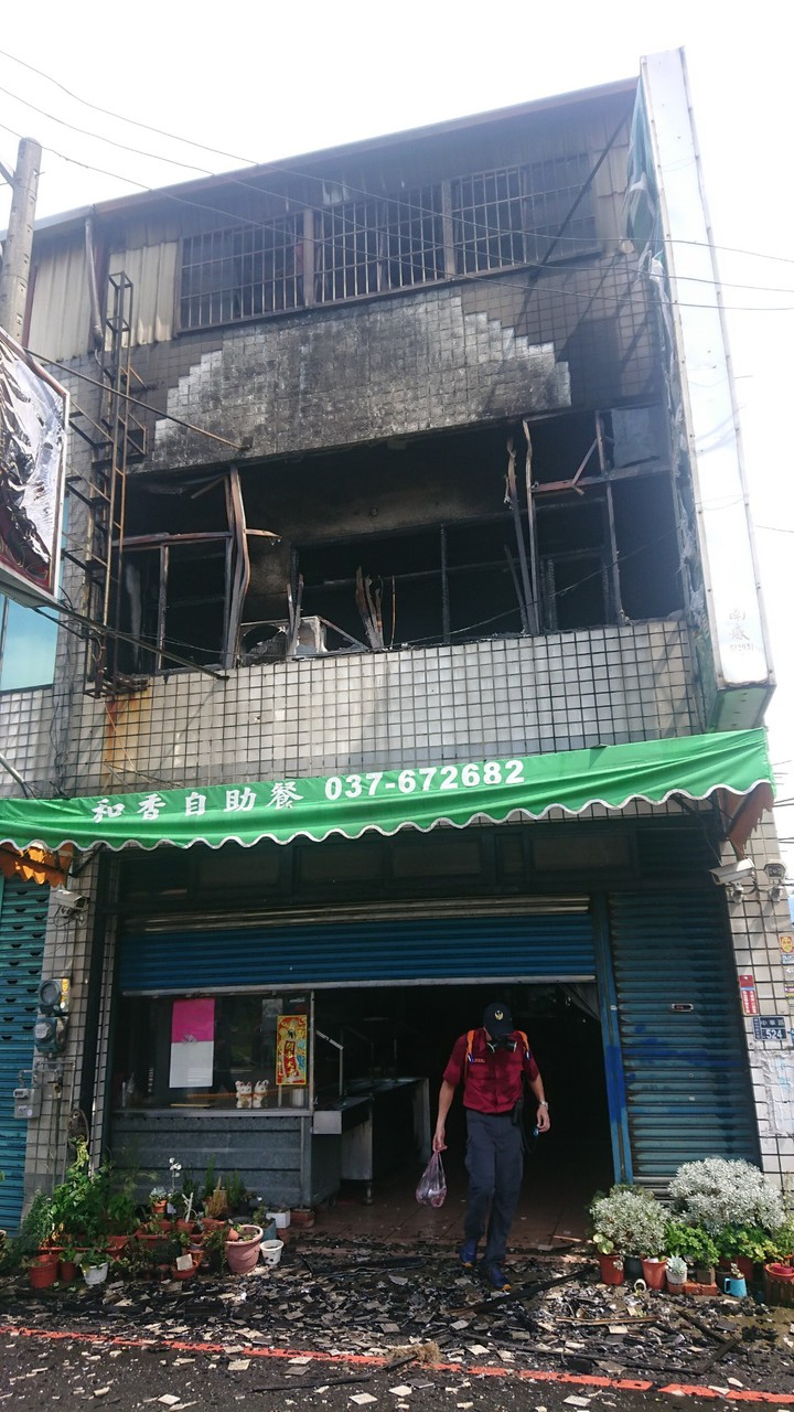 苗栗縣頭份市中華路一間自助餐店2樓今天下午1點多發生火災,2樓前方起居室付之一炬。圖/溫文銍提供