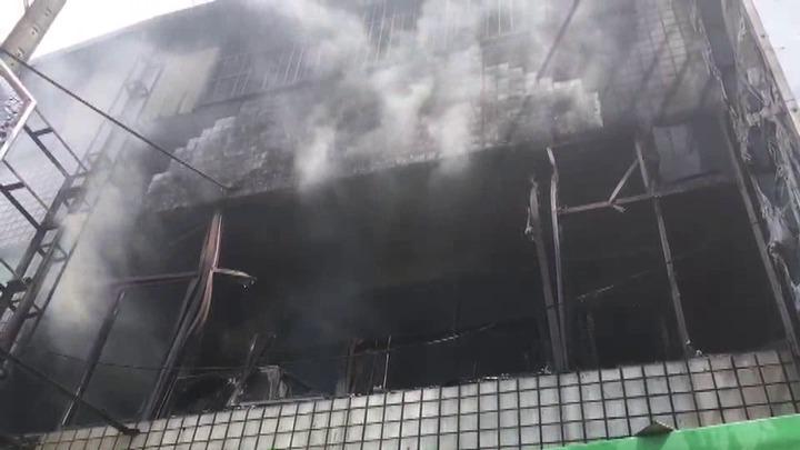 苗栗縣頭份市中華路一間自助餐店2樓今天下午1點多發生火災,冒出陣陣濃煙。圖/溫文銍提供