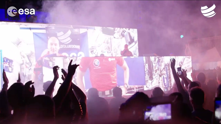 義大利的太空人帕爾米塔諾(Luca Parmitano)13日化身DJ,從國際太空站與一場在西班牙登場的音樂活動連線直播,從太空中為地球上的觀眾混音演出。圖片擷取Facebook/World Club Dome影片