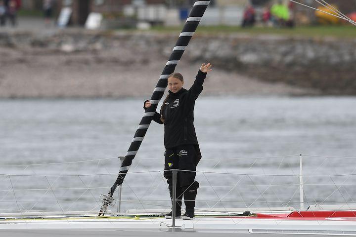 瑞典16歲環保鬥士桑柏格(Greta Thunberg),為了前往美國參加聯合國「氣候行動峰會」,在14日搭乘帆船從英國出發,以行動表現她推廣氣候變遷議題的決心,向飛行碳足跡說再見。法新社