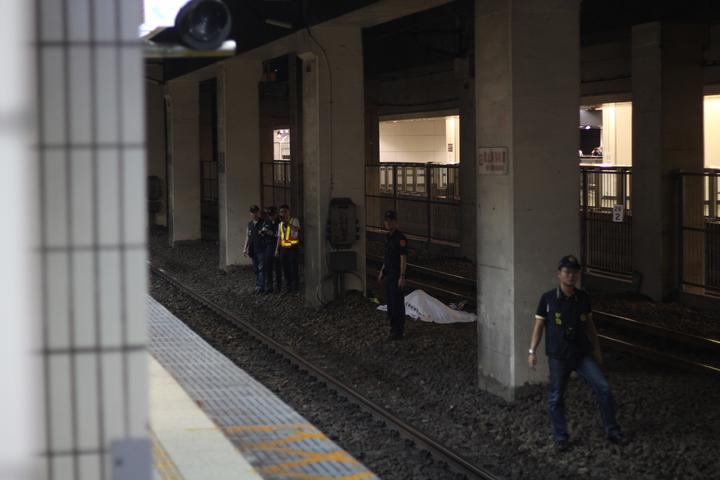 警方介入後於下午5時前蒐證完畢,將肇事列車放行,目前死者屍體也已移離現場。記者李隆揆/攝影
