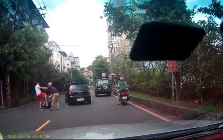 鄭男與吳男因行車糾紛爆發衝突,在大街上上演全武行。記者柯毓庭/翻攝