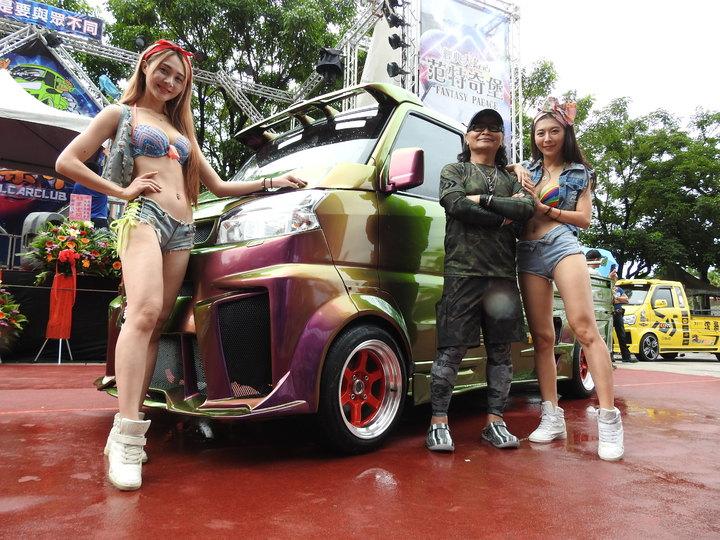 藝人沈文程著迷酷炫輕卡貨跑車成立「酷炫輕卡俱樂部」,今到南投縣日月潭范特奇堡車聚且發表新車款。記者賴香珊/攝影
