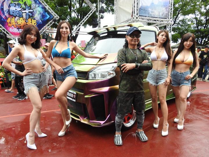 藝人沈文程著迷酷炫輕卡貨跑車,且成立「酷炫輕卡俱樂部」,今到南投縣日月潭范特奇堡車聚且發表新車款。記者賴香珊/攝影
