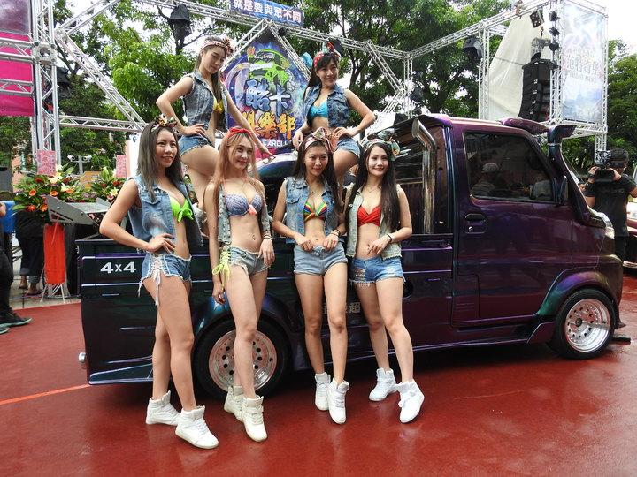 酷炫輕卡貨跑車今在南投縣日月潭范特奇堡發表全新改款「酷卡車二代目」,且搭配比基尼車模展示吸睛。記者賴香珊/攝影