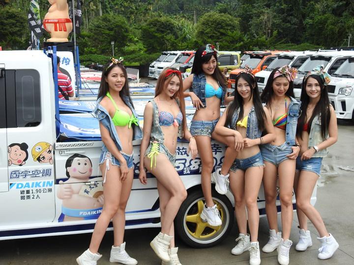 酷炫輕卡貨跑車今在南投縣日月潭范特奇堡會師且發表新車款,比基尼車模全程陪同展示超吸睛。記者賴香珊/攝影