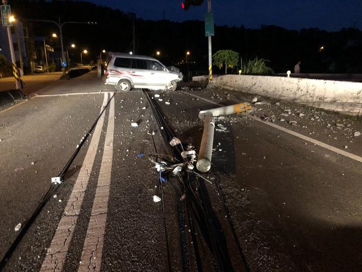 苗栗市至公路新川里連續彎道附近,8月13日傍晚發生廂型車接連撞外側護欄及2支電信桿意外。記者范榮達/翻攝