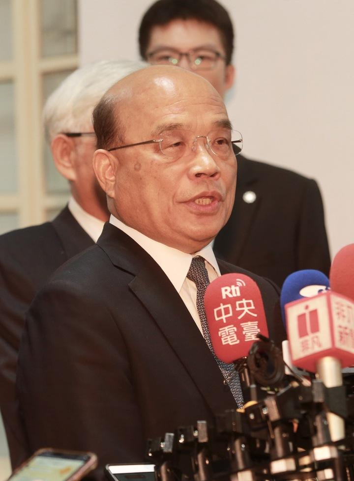行政院長蘇貞昌對於高雄市長韓國瑜遲至今才去看農損表示,人民期待的首長堅守崗位和人民站在一起,已經是最起碼、最卑微的要求。記者黃義書/攝影