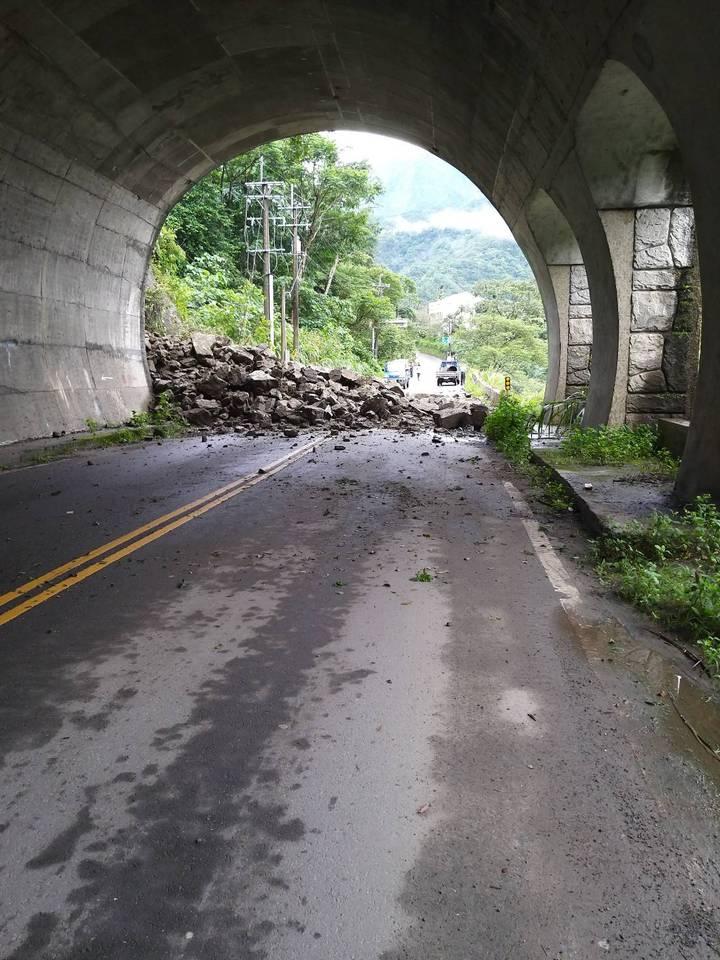 雲林古坑鄉149甲42.5K處因大雨邊坡大量土石崩塌,造成道路雙向阻斷。圖/雲林縣府工務處提供