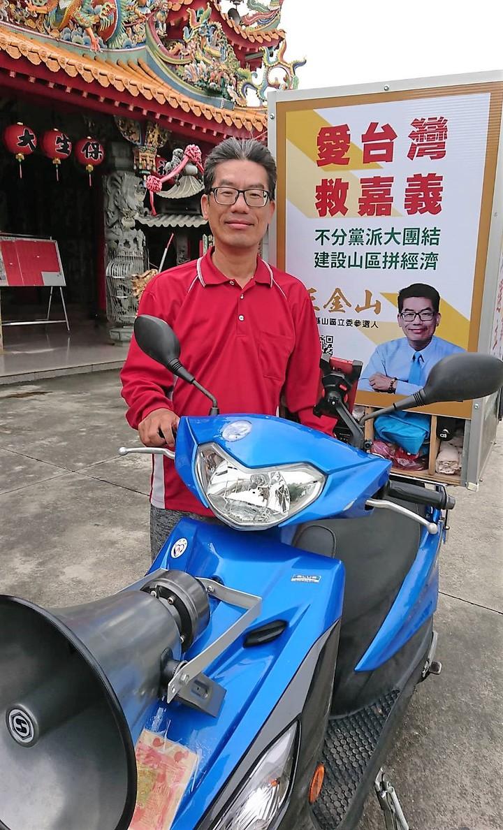 王金山騎一輛改裝機車,強調要在3個月內走遍山區10鄉鎮、174個村里傾聽民意。記者卜敏正/攝影