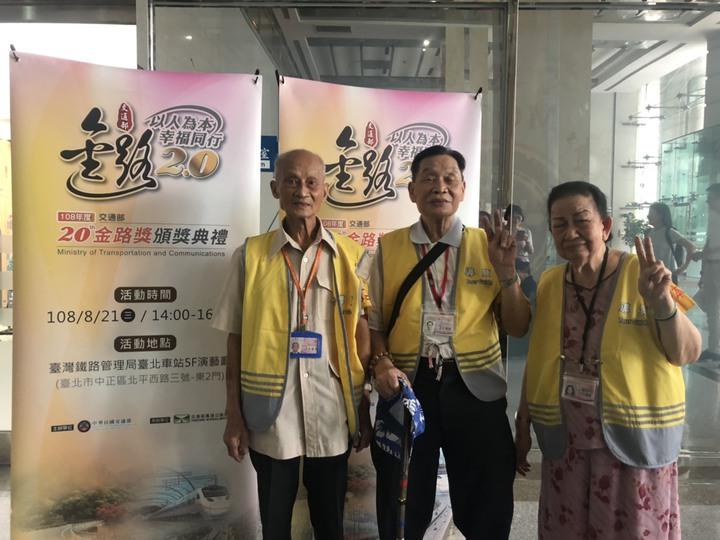 李春長、王孝敬、許陳配是瑞芳車站高齡志工團。記者侯俐安/攝影