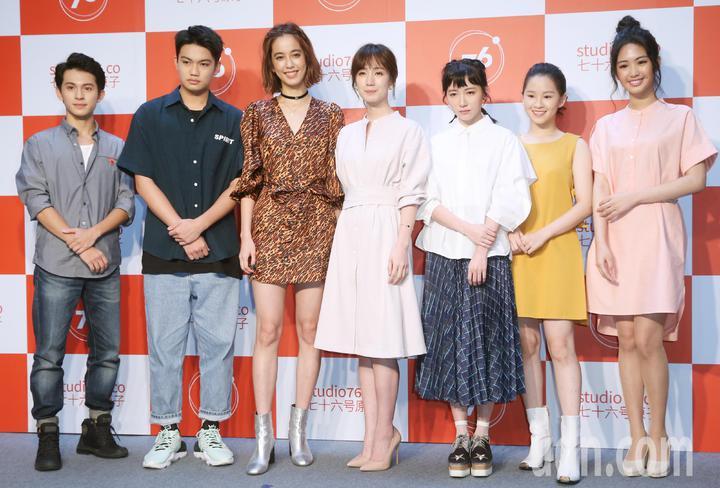 「76号恐怖書店」,林暉閔(左起)、劉子銓、陳庭妮、小薰、饒星星、盧以恩、雷嘉納。記者曾學仁/攝影