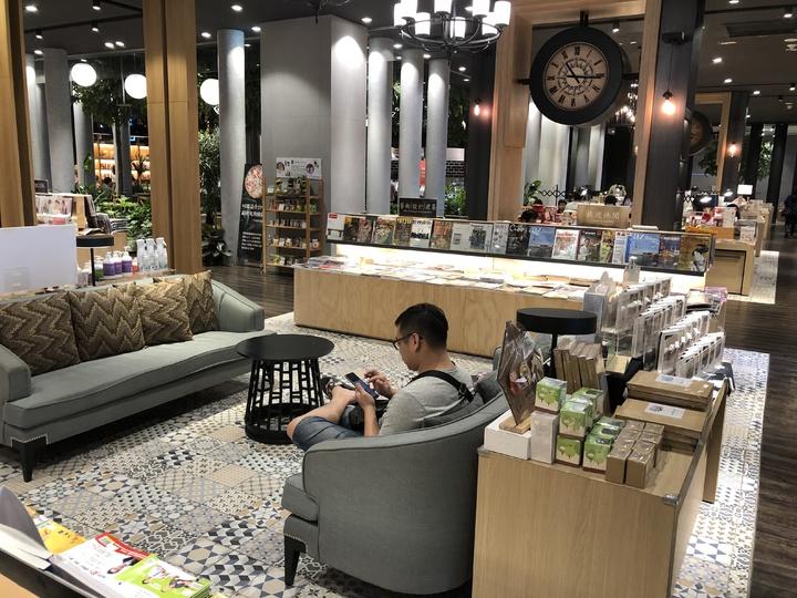 金石堂秀泰小書房堪稱台中最豪華的書店。記者何定照/攝影