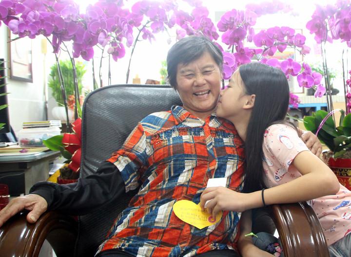 新生國小陳美芳(右)由阿嬤照顧長大,她樂觀進取獲得今年總統教育獎。記者林敬家/攝影