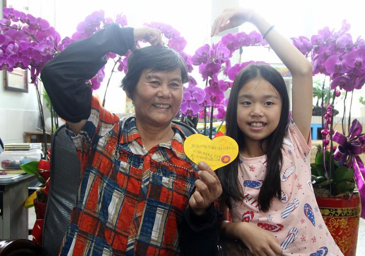 二林新生國小學生陳美芳(右)是隔代教養,與阿嬤感情好。記者林敬家/攝影
