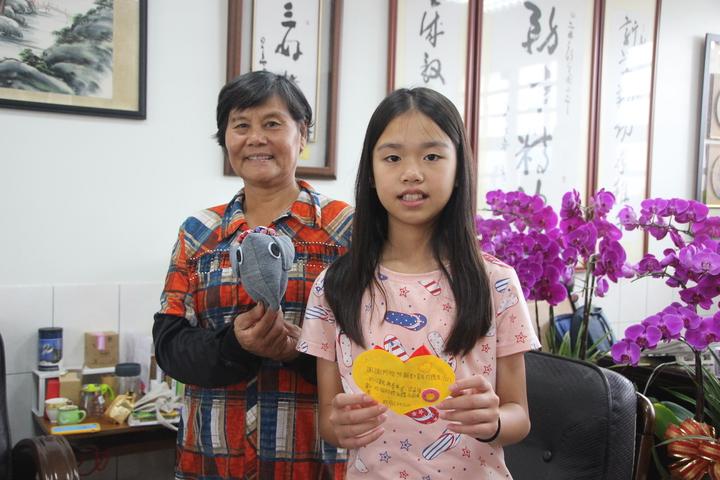 67歲黃秋霞照顧孫女等一家七口,相當辛苦。記者林敬家/攝影