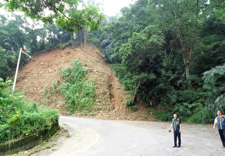 彰化縣二水鄉豐柏路有多處坍方過的路段,山壁上的樹木和雜草都已經滑落,只見鬆軟的砂石。記者凌筠婷/攝影